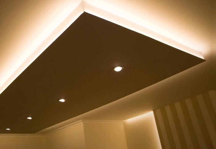 Короб с подсветкой на потолке