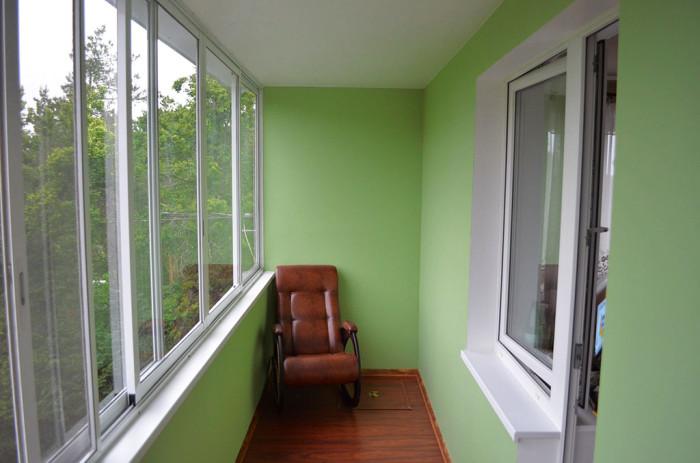 Уютный балкон с отделкой