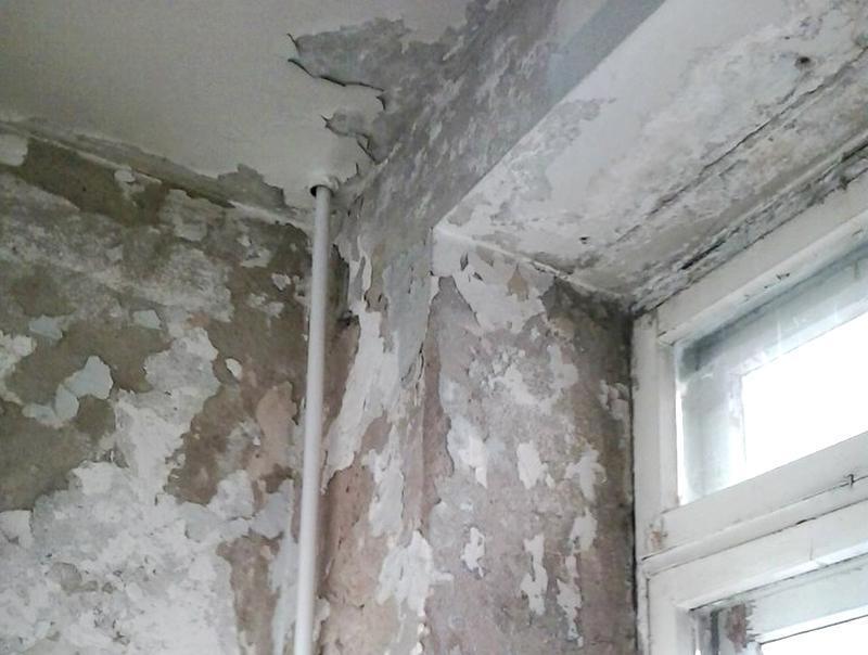 Обсыпающаяся штукатурка с не погрунтованных стен