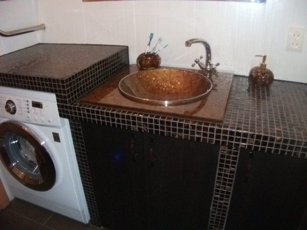 А вот столешница в ванной и ниша под стиральную машину – тоже все из влагостойкого ГКЛ, отделанного мозаикой