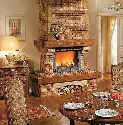 Если позволяет площадь жилища, можно сделать внушительный камин и обшить его декоративным камнем. В результате он станет главной «изюминкой» дома