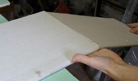 Гипсовый сердечник листа ломается ровно по надрезу.