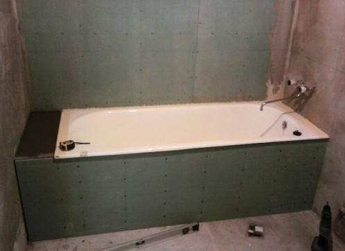 И даже саму ванну можно облицовывать этим уникальным материалом
