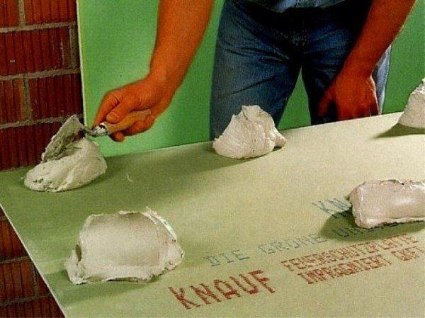 как крепить гипсокартон к стене без каркаса