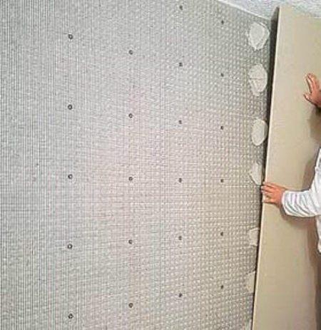 Клеим лист на стену