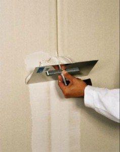 Лучше использовать широкий шпатель, так как он позволяет более равномерно распределять материал