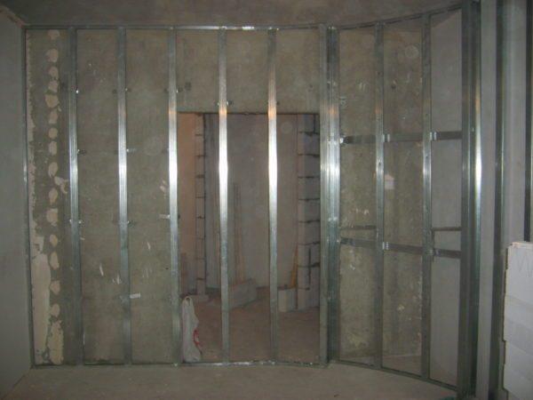 Металлический профиль является гарантом прочности конструкции, поэтому без него обойтись невозможно
