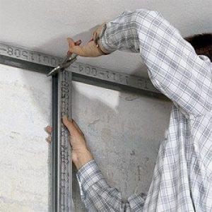 Монтаж стойки и скрепление ее с направляющей установленной на потолке.