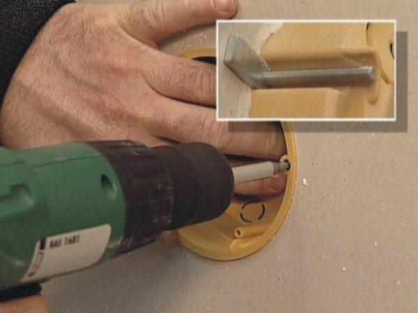 На фото - крепление коробки к стене с видом обратной стороны и системы крепления