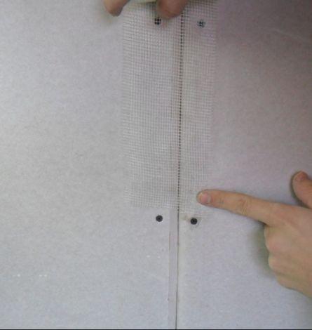 Наклеивание армирующей сетки на стык.
