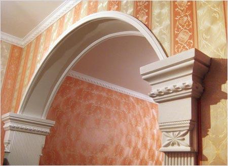 Обои прекрасно сочетаются с декоративными элементами из гипса