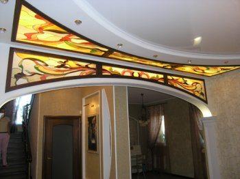 Оформление арки из гипсокартона витражом