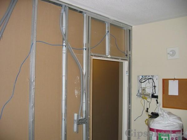 peregorodka iz gipsokartona s dveryu 9