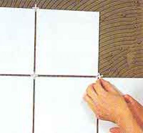 Применение пластиковых крестиков для получения ровных швов при монтаже плитки.