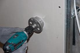 Проделывание отверстия в стене при помощи коронки