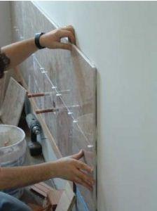 Процесс укладки кафеля на гипсокартон.