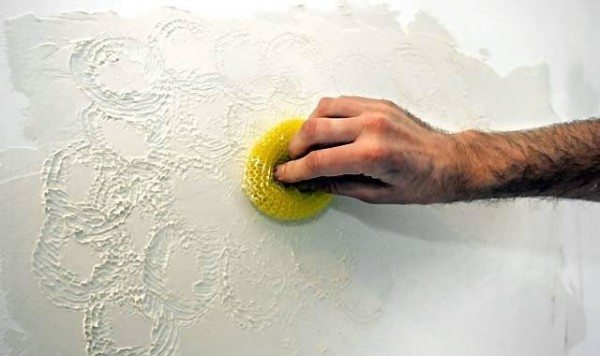 С помощью резких движений губкой можно придать штукатурке выразительный рельеф
