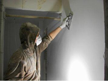 Шлифование облегчается, если использовать специальные держатели для бумаги. Удобнее, да и руки защищены