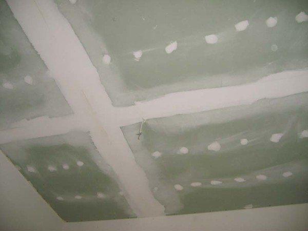 Швы и саморезы заделаны; потолок после шлифовки представляет собой идеальную поверхность.