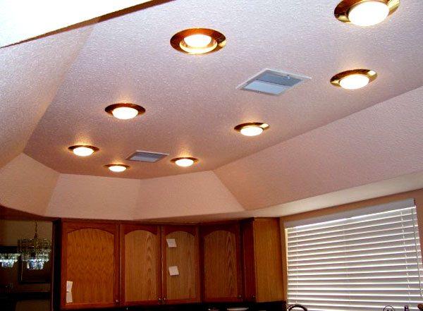 Симпатичная конструкция на потолке с идеально ровными швами