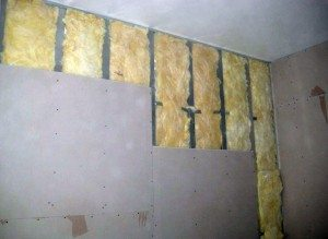 Стена в процессе обшивки