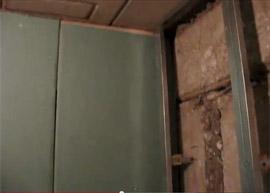 Стены должны быть чистыми, ровными и сухими