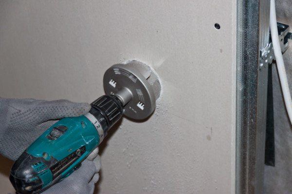 Сверление отверстия в гипсокартонной стене при помощи коронки