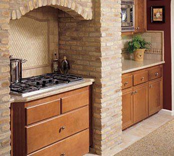 Вентканал послужил основанием для создания оригинальной арочной ниши для кухонной плиты и вытяжки