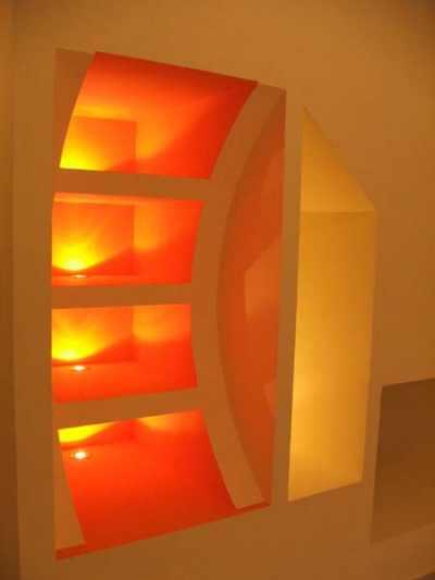 Встроенный стеллаж с подсветкой.