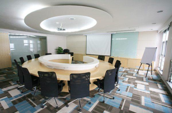 Выделение функциональной зоны помещения с помощью элемента гипсокартонной конструкции на потолке