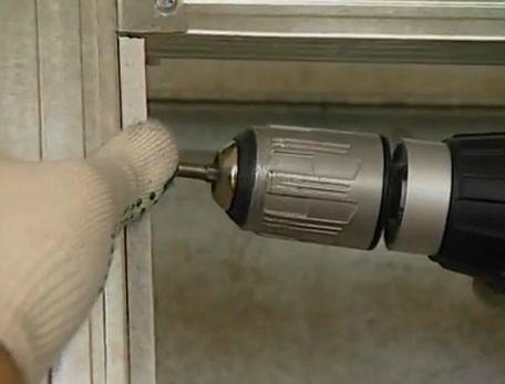 Закрепление полосок ГКЛ на боковой поверхности ниши.