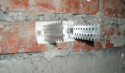 Закрепленный на стене прямой подвес.